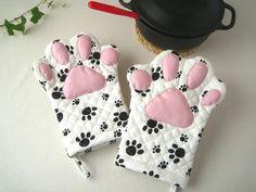 白い生地に黒い肉球柄のキルティングで作った、猫の手をモチーフにした鍋つかみです。左右セットでの販売です。肉球には綿を詰め、ふっくらとした厚みを付けていますので、熱い鍋を持つ時のクッションになります。(手の平側は、キルティングを2枚重ねています)中では〈親指〉〈人差し指、中指、薬指〉〈小指〉と区切りがついています。サイズは、女性の方がはめると少しゆとりがある位なので、男性の方にもお使い頂けます...