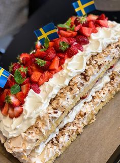 Världens godaste sommartårta- Pinocciotårta - Johanna Toftby Baking Recipes, Cake Recipes, Dessert Recipes, Non Chocolate Desserts, Coffee And Walnut Cake, Creative Desserts, Swedish Recipes, Recipes From Heaven, Gluten Free Baking