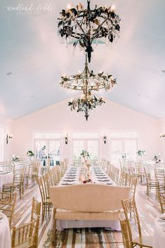 Decor wedding ceremony chandeliers New Ideas Wedding Reception Centerpieces, Decor Wedding, Wedding Table, Wedding Ceremony, Wedding Decorations, Outdoor Ceremony, Wedding Ideas, White Wedding Flowers, Floral Wedding