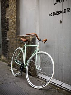 love the color, and the fixie with no brakes. Bici Fixed, Fixed Bike, Fixed Gear, Velo Vintage, Vintage Bicycles, Men's Vintage, Vintage Industrial, Industrial Style, Cool Bicycles