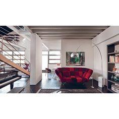 Il divano 33 cuscini, disegnato dall'architetto Paolo Rizzato in collaborazione con Driade, riprende il concetto dei cuscini appoggiati a terra e, rialzandoli grazie a dei piedi in acciaio, crea questo originalissimo divano composto, appunto, da 33 cuscini.