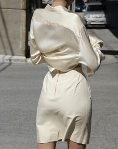 37 Upcoming Street Style Ideas To Look Cool And Fashionable - Daily Fashion Outfits Blouse En Satin, Satin Bluse, Satin Shirt, Looks Chic, Looks Style, Style Me, Girl Style, Street Mode, Street Style