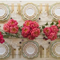 Adoring this table setting by @casadeperrin my fav! ✨ #flowers #decor #tableset #theweddinginspirations #wedding #decor