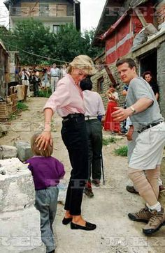 August Diana, Princess Of Wales visiting Sarajevo, Bosnia. Spencer Family, Lady Diana Spencer, Real Princess, Princess Of Wales, Diana Fashion, Prince Charles, Queen Of Hearts, British Royals, Duchess Of Cambridge