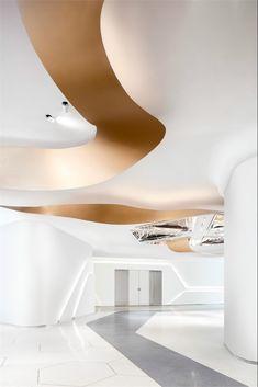 S.U.N Design✖世茂设计:展开的画卷,深圳最新展示中心 - 设计腕儿【腕儿案例】 Corporate Interior Design, Corporate Interiors, Office Interiors, Ceiling Detail, Ceiling Design, Chinese Interior, Lobby Lounge, Sofa Furniture, Suzhou