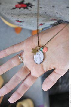 Happy medaillon. Dessin d'enfant dans un medaillon. Merci Helene 'pour mes jolis momes': un superbe superbe supeeeerbeuh blog!