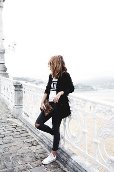 All black with white Converse is a no fail look. Jean Destroy, White Converse Outfits, Looks Street Style, Moda Fashion, Carrie Bradshaw, Mode Style, Her Style, Pretty Outfits, Casual Chic