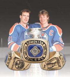 Legends -Mark Messier and Wayne Gretzky Ice Hockey Players, Nhl Players, Wayne Gretzky Daughter, Snowboard, Mark Messier, Surf, Canada Hockey, Hockey Pictures, Hockey Memes