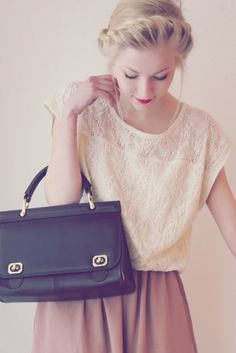 Lovely Hair style with black fashion bag beautiful chic Look Fashion, Fashion Bags, Fashion Beauty, Teen Fashion, Mode Pop, Mr Right, Cute Outfits, Summer Outfits, Teen Outfits