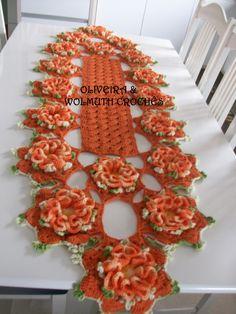 caminho de mesa em crochê, para mesa de seis ou oito cadeiras, feito em barbante laranja, com flores em laranja mescla.