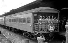 昭和35年5月31日(火) 大阪。 明日より電車特急のデビュー、最終日のはとガールの様子です。 はとガールは東京で採用、つばめガールは大阪で採用とのこと。 競争率がただものでなく、昭和31年の募集で10名採用のところ1700名も 応募があったと言うからすさまじいものがあります。 このことを聞いただけでも、つばめ・はとガールが容姿端麗・聡明な女性だったことが 偲ばれますね。