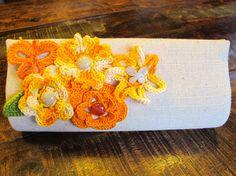 Carteira em algodão cru com flores em crochê amarelas