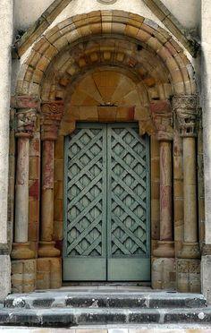 Arbouet-Sussaute / Arboti-Zohota, Pyrénées Atlantiques: belle porte d'une église assez laide    ..rh