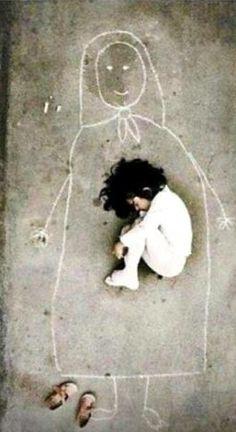Una imagen tomada en un orfanatorio iraquí, la pequeña nunca conoció a su madre, pero se le ocurrió dibujarla en el suelo para dormirse en su pecho #Laimagendeldia