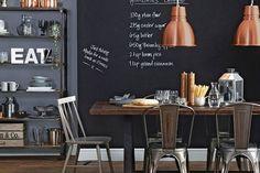 A tinta lousa é uma opção bem interessante na decoração, pois além de dar um charme especial, também são funcionais, servindo como quadro de anotações ou para desenhos. A tinta lousa é bastante versátil e pode acompanhar paredes pintadas com outras cores ou papel de parede, ou ainda ser o acabamento das portas. As cores tradicionais são verde e preto. #tintalousa #decorandocomtintalousa #decoração #kitchens