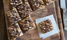 Kruche ciasto z masą karmelową i orzeszkami ziemnymi Candy, Chocolate, Food, Essen, Chocolates, Meals, Sweets, Candy Bars, Brown