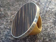 Anel feito artesanalmente em madeira de reaproveitamento e metal. Tamanhos  personalizados.