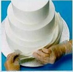 Texture and height lend a drama that is difficult to achieve with standard buttercream. Fondant has the ideal consistency and flexibility for fashioning into sweeping drapes, tumbling ribbons or smooth shapely arches Let's follow these steps bellow