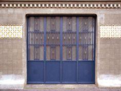 Unique garage door, love!