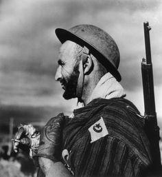 Italie. Proche Mont Pantano, au nord-est de Cassino. Décembre 1943. Un soldat de la 2e Division d'infanterie marocaine, partie du Corps expéditionnaire Français. ITALY. Near Mount Pantano, northeast of Cassino. December, 1943. A soldier of the 2nd Moroccan Infantry Division, part of the French Expeditionary Corps.