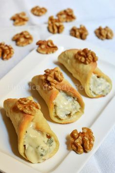 Hiperica Lady Boheme: Recipe savory cannoli with gorgonzola and walnuts Finger Food Appetizers, Appetizer Recipes, Fingers Food, Wine Recipes, Cooking Recipes, Cannoli Recipe, Cannoli Cake, Cannoli Dip, Cannoli Cream