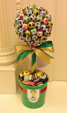 Centros de Mesa para Dia das Crianças Soccer Birthday Parties, Football Birthday, Soccer Party, Soccer Banquet, Candy Bouquet Diy, Diy Bouquet, Diy Birthday Gifts For Sister, Chocolate Footballs, Candy Trees
