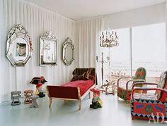 Эту эклектичную гостиную Филипп Старк оформил в своей квартире в Париже: венецианские зеркала у него соседствуют с тканями в этническом стиле и пластиковыми гномами собственного дизайна.