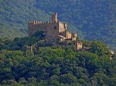 Cataluña posee el mayor número de castillos de España, como el castillo de Miravent, el de Perelada, o el de Calaf construido en año 987. Muchos de estos castillo se pueden visitar incluso alguno e...