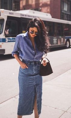 Chambray shirt with a frontal thigh slit denim skirt. Vista… Chambray shirt with a frontal thigh slit denim skirt. Vista o Look Mode Outfits, Casual Outfits, Summer Outfits, Fashion Outfits, Diy Outfits, Casual Skirts, Modest Fashion, Dress Fashion, Dress Outfits