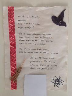 """Ik heb zelf de uitnodigingen gemaakt voor het heksenfeestje van mijn dochter. Eerst het papier laten weken in oude thee en deze laten drogen. De randjes """"oud"""" gemaakt met een mesje. De tekst erop geschreven. Links een strook wasi-tape geplakt. Rechts een afbeelding van een heksenhoed van internet gehaald, uitgeknipt en opgeplakt. En een stempel van een spin geplaatst. Het bezemsteeltje heb ik gemaakt van een saté prikkertje en stukjes touw. (Ons adres heb ik verborgen onder het witte…"""