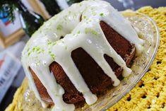 Que tal uma receita fácil de bolo de limão sem glúten, delicioso. A receita leva gelatina de limão que deixa o bolo verdinho, lindo e saboroso!