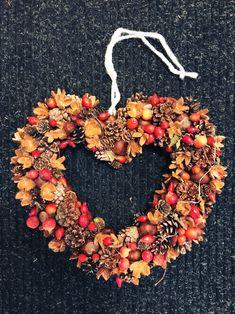 Přírodní věnec ve tvaru srdce velký na dveře. Materiál: Šišky různé druhy, šípky, okrasné mini jablíčka, kaštany, dřeviny, polystyrénové srdíčko, provázek a tavící pistol. Keratin Hair Extensions, Diy For Kids, Diy And Crafts, Fall, Autumn, Wreaths, Halloween, Advent, Home Decor