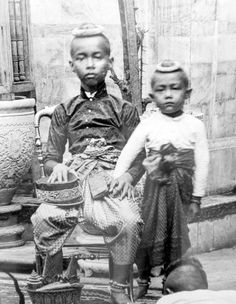 Young Prince Chulalongkorn & brother, 1865 | via:   Siam, Thailand & Bangkok Old Photo Thread - Page 185 - TeakDoor.com - The Thailand Forum