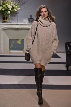 This super oversized sweater looks amazingly comfy!!! Must have!