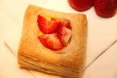Butterdeig med vaniljekrem og jordbær - My Little Kitchen Pineapple, Kitchens, Baking, Fruit, Ethnic Recipes, Desserts, Food, Tailgate Desserts, Deserts