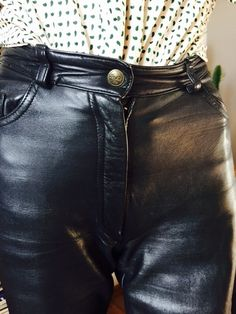 Tight Leather Pants, Leather Pants Outfit, Black Leather Gloves, Leather Trousers, Black Faux Leather, Leder Outfits, Lady Biker, Leather Fashion, Sexy Outfits