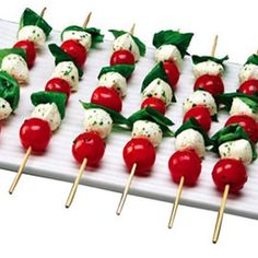 tomato basil mozzarella skewers simple and delicious - smaller for buffet? Tomato Mozzarella Skewers, Yummy Treats, Yummy Food, Tomato And Cheese, Healthy Appetizers, Food And Drink, Favorite Recipes, Cooking, Tomato Basil