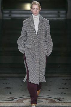 The complete Stella McCartney Fall 2017 Ready-to-Wear fashion show now on Vogue Runway. Fashion Week Paris, Fashion 2017, Look Fashion, Runway Fashion, Winter Fashion, Fashion Show, Fashion Outfits, Womens Fashion, Fashion Design
