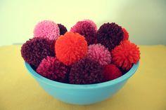 Pompons op een schaal. Kies je eigen mooiste kleuren. Zelf maken? Kijk voor garen en pompon makers eens op http://www.bijviltenzo.nl