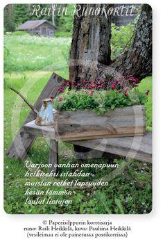 Kesän tunnelmaan pääsee helposti tällä Railin Runokortilla, joka kutsuu istahtamaan penkille satavuotiaan omenapuun alle ja nauttimaan omenapuun kukkien sataessa hiljalleen maahan. Penkille on nostettu puulaatikko, jossa kukkii kaunokainen (Bellis perennis). Taustalla näkyy Hiljaisuuden lato. Näistä voi lukea lisää Vehreitä hetkiä - puutarhatarinoita -kirjasta. Railin Runokortin kuvassa on kesän tunnelmaa satavuotiaan omenapuun alla Honkajoen Rynkäisten kylässä. Runo: Raili Heikkilä.