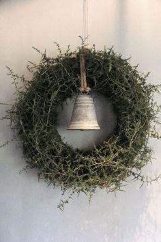 Tijdens de workshop maak je een krans van mos en asparagus. De decoratie bestaat uit een eenvoudige zinken bel. Voor deze krans geldt zeker dat eenvoud siert. Een super mooi item voor elke landelijk kerst interieur! De doorsnede van de krans is circa 57 cm. De kosten van de workshop incl. materiaal zijn EUR 52,50. Vanaf 19.00 uur is de winkel ... Lees verder