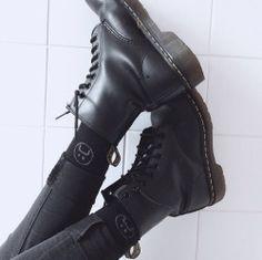style, grunge et shoes image sur We Heart It Grunge Style, Grunge Girl, Soft Grunge, Black Grunge, Dr. Martens, Moira Burton, Sock Shoes, Shoe Boots, Inspiration Mode