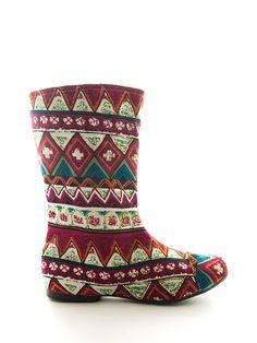 Летние сапоги ручной работы нового российского бренда AZ-ART прекрасно подчеркнут Вашу индивидуальность и создадут радостное настроение.