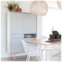 De #Ruijch Retro Opbergkast Icegrey is de nieuwste aanwinst binnen de collectie. De mat grijze kleur van de kast met de blank houten pootconstructie geeft een frisse, eigentijdse uitstraling. De Retro Icegrey collectie bestaat uit een dressoir, een tv-meubel, een hoge opbergkast en een eettafel. In de #Nordic variant, uitgevoerd in mat wit, is er ook nog een dressette en salontafel verkrijgbaar. Bij #MisterDesign