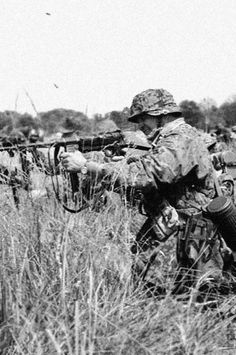 Schmisshner SMG in action. Waffen SS camo pattern shown on this trooper. Military Weapons, Military Art, Military History, German Soldiers Ww2, German Army, Luftwaffe, Imperial Japanese Navy, Germany Ww2, Ww2 History