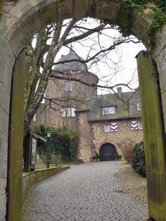 ザーバブルク城、いばら姫のモデルになったお城(今はレストラン)Sababurg, Castle of Sleeping Beauty  You can stay here.