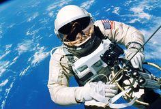 El astronauta Ed White flota en la microgravedad del espacio hace cincuenta años durante la primera caminata espacial fuera de la nave espacial Géminis IV, 3 de junio de 1965. © REUTERS/NASA/Jim McDivitt/Handout