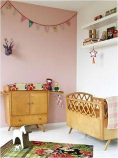 Le vintage s'invite dans cette chambre d'enfant à travers le mobilier et ce mur vieux rose.