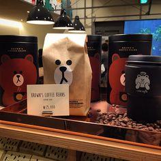 """- 신사동 가로수길, """"라인프렌즈 스토어"""" : BROWN'S COFFEE BEANS 럭셔리 블랙 틴케이스에 개성강한 브라운 봉투 속 향기로운 원두가~25,000원~^^* - #라인프렌즈스토어 #라인프렌즈 #라인 #캐릭터 #브라운 #커피 #원두 #카페 #라인카페 #신사동 #가로수길 #스위트몬스터 #linefriendsstore #linefriends #line #sweetmonster #character #cafe #sinsadong #garosugil #coffee #chachap #캐찹"""