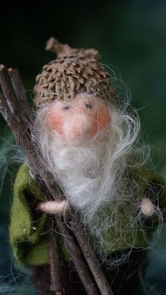 this inch Acorn Gnome has wire in his arms. The cap is a real Acorn cap Needle Felted Animals, Felt Animals, Wet Felting, Needle Felting, Felt Fairy, Nature Crafts, Felt Dolls, Felt Christmas, Felt Crafts